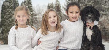 Bambini giocano fuori al freddo